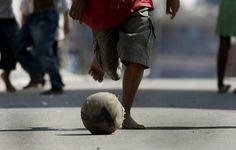 Um garoto joga bola no Recanto dos Humildes, na zona oeste de São Paulo. 20/05/2008.  Foto: NILTON FUKUDA/AE