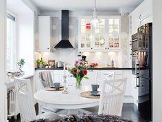 Пример интерьера белой кухни гостиной в шведском стиле