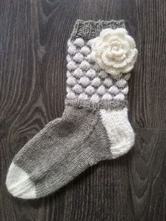 Lumoava tekstiilityö: kuplasukat ja ruusuja äidille Knitting Socks, Baby Knitting, Knitting Projects, Knitting Patterns, Winter Socks, Baby Socks, Leg Warmers, Handicraft, Mittens