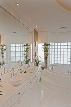 Bathroom by Arquiteto Aquiles Nícolas Kílaris Dream House Interior, Luxury Homes Dream Houses, Dream Home Design, Home Interior Design, Mansion Interior, Dream Bathrooms, Dream Rooms, Bathroom Design Luxury, House Rooms