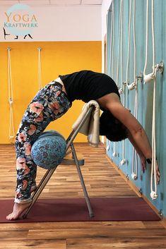 Rückbeugen: Das Herz zu heben, hebt auch die Stimmung. Der Stuhl hilft uns beim Wölben. #backbends #yoga #iyengaryoga #urdhvadhanurasana #yogawithprops