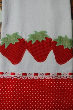 Pano de prato com aplique de patchcolagem, barra de tecido algodão. Applique Towels, Machine Embroidery Applique, Diy Embroidery, Embroidery Designs, Patch Quilt, Tropical Bedroom Decor, Sewing Crafts, Sewing Projects, Decorative Towels