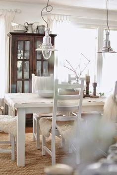 matbord matrum vitrinskåp