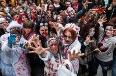Gruselig ging's am Samstag in der Stuttgarter Innenstadt zu: Mehrere hundert Menschen verkleideten sich beim Zombie-Walk und erschraken ahnungslose Passanten. Foto: dpa