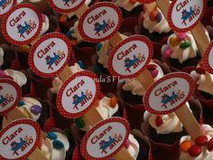 Cupcakes de Chocolate com Marshmallow e Confeitos Coloridos - com Tags Personalizadas