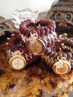 Coleccion In Love, en color marrón + San Benito engastados bañados en oro 18k + broche en forma de timón con baño de oro 18k