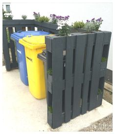 Dustbin with pallets - balcony Diy Shutters, Outdoor Spaces, Outdoor Decor, Pallet Painting, Backyard, Patio, Garden Projects, Diy Projects, Land Scape