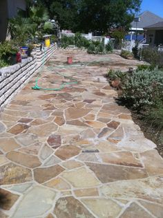 This paver walkway is surely an inspiring and splendid idea Flagstone Walkway, Outdoor Walkway, Walkways, Pavers Patio, Patio Stone, Cement Patio, Patio Plants, Patio Dining, Pergola Patio