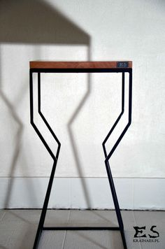 Handcrafted coffee table, painted in black matt steel, with smooth polished sapele top table; minimal style, minimalistyczny stolik, stół z blatem sapeli, lakierowanym bezbarwnie, Ritchie, Kraina ES