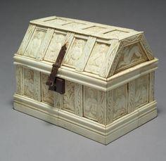 EXCEPTIONNEL COFFRET Plaquettes d'os sur armature de bois H.: 13,5 cm - L.: 18,5 cm - l.: 11,5 cm Italie - XIVème siècle Bel état - Aguttes - 01/06/2012