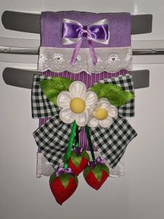 Atelier Ivania Karla: Protetor de puxador de geladeira com morangos. Fridge Handle Covers, Sewing Projects, Projects To Try, Sewing Dolls, Soft Furnishings, Couture, Handicraft, Fabric Crafts, Christmas Stockings