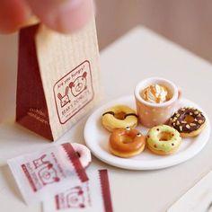 And donuts sets for dolls. It's for sale at the event held this weekend in Osaka. ;) ベチやるるこなど、ちょっとちっこい目のドールに!キャラメルミルクティ&ドーナツのセットは1セット¥3,500-、4セットあります。販売モノは以上です。 イベント当日の注意事項などについては、必ず公式サイトで一度ご確認くださいますよう、お願いいたします。 #miniature #dollshouse #diorama #ochibitsminiatures #ミニチュア #ドールハウス #オチビッツのミニチュア #ミニチュアアート展2016 …は12/3のみ参加します #ミニチュアフード