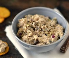 Makreelsalade een salade van vette vis die heerlijk is op brood als lunch of een toastje naast de borrel. Een recept met slechts 5 ingrediënten!