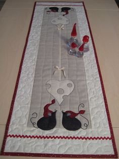 Christmas mice runner - inspiration only, no pattern Christmas Applique, Christmas Sewing, Christmas Art, Table Runner And Placemats, Quilted Table Runners, Quilting Projects, Quilting Designs, Mermaid Quilt, Quilt Blocks Easy