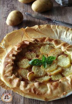Ricetta facile e veloce della TORTA DI SFOGLIA CON PATATE E PROSCIUTTO. Una torta salata a base di pasta sfoglia o brisee con patate e formaggio filante.