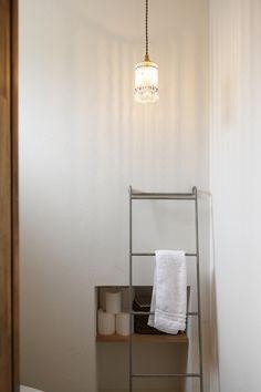 手作りのビーズランプがかわいいお手洗い。ラダーのタオル掛けがいい感じ。