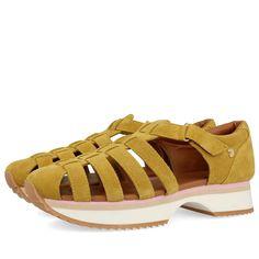 Sandalias de piel amarillo mostaza, estilo cangrejera con detalle de suela deportiva. Cierre de tira de velcro. Corte en piel y forro y plantilla polipiel.