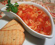 Dans une grande casserole, faire fondre le beurre dans l'huile à feu moyen. Ajouter l'oignon et l'ail et cuire en remuant fréquemment jusqu'à ce que l'oignon soit translucide. Ajouter le persil et les tomates. Laisser mijoter à découvert 25 min. en remuant régulièrement. Ajouter le bouillon de poulet et poursuivre la cuisson 30 min. Retirer les branches de persil. Saler et poivrer. Amener à ébullition, ajouter les pâtes alimentaires et cuire 7-10 min ou jusqu'à ce que les pâtes soient…
