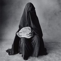 Mujer con tres panes, Marruecos por Irving Penn en subastas artnet