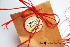 CADEAU INVITE : Sachet kraft + étiquette dragée personnalisée + rafia pour mariage sur le thème du vélo, tandem, rouge et kraft  www.lafilleaunoeudrouge.fr