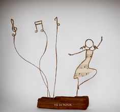 Fée de papier - La danseuse - technique by Epistyle Frame Crafts, Wire Crafts, Book Crafts, Diy And Crafts, Arts And Crafts, Sculptures Sur Fil, Wire Art Sculpture, Wire Sculptures, Abstract Sculpture