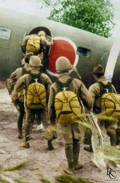 Japanese airborne forces completed only 4 parachute assaults during the war. The final Army paratroopers' combat jump taking place on Leyte, Philippines, on December Us Marines, Military Art, Military History, Colorized History, Airborne Army, Japanese History, War Photography, Paratrooper, Korean War