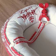 livushka / Vyšívané hniezdo - červené Baby Nest, 4th Of July Wreath, Wreaths, Embroidery, Pillows, Home Decor, Needlepoint, Decoration Home, Door Wreaths