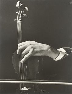 Ilse Bing (1899-1998). Szymon Goldberg's hand in concert, 1949.    Épreuve argentique (c. 1980), signée et datée dans le négatif en bas à droite, contrecollée sur carton d'exposition, signée, datée et titrée à la mine de plomb au verso du support.  25,5 x34 cm.