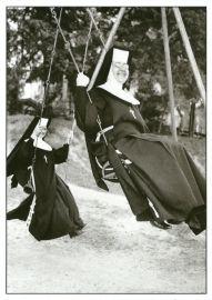 Nonnen op de schommel