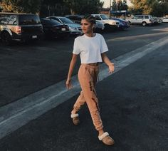 Ever wondered how to wear uggs during the summer? Zendaya has the answer! Zendaya Coleman, Cool Outfits, Summer Outfits, Fashion Outfits, Black Girls Outfits, Girls Shoes, Moda Zendaya, Zendaya Street Style, Zendaya Outfits