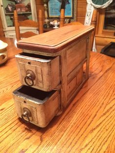 Sewing machine drawers repurposed into a multi-functional storage unit. Old Drawers, Plastic Drawers, Small Drawers, Sewing Machine Drawing, Small Wood Projects, Diy Projects, Old Sewing Machines, Repurposed Items, Sewing Table
