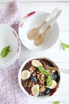 Superfood Acai Breakfast Bowls. Such a cool, refreshing, delicious breakfast recipe. {YummyMummyKitchen.com}