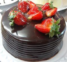 Torta Chocolate com Morango da POLOS pães e doces.