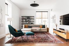 Splendid Find out the top living room mistakes interior designers always notice so you can make sure your space looks polished. The post Find out the top living room mistakes interior designers always notice so you ca… appeared first on Ameria . Cute Living Room, Living Room Decor Cozy, Small Living Rooms, Rugs In Living Room, Living Room Interior, Modern Living, Living Room White Walls, Small Living Room Layout, Simple Living Room