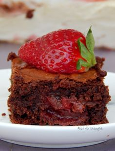 Food for thought: Μπράουνι με φράουλες και σοκολάτα My Favorite Food, Favorite Recipes, My Favorite Things, Strawberry Brownies, Happy Foods, Yummy Food, Sweets, Chocolate, Baking