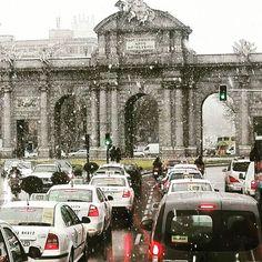 Hoy en Madrid lo sorprendio una nevada para el comienzo de la primavera aqui la famosa Puerta Alcala con nieve foto de @juesnosu. Saludos a todos nuestros amigos latinos en madrid #madrid #nievemadrid  #madridnieve #nevada #nieve #puertaalcala #latinoeneuropa #latinosviviendoeneuropa  #españa #larinosenespaña #nevadaenmadrid #nievemadrid2017
