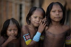 Brazil | All the women and girls of the Kayapo indians, shave a v-shaped form in the middle of thier heads | ©Reuters