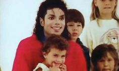 Michael with the children and a beautiful smile as always ;) He always loved babies and all children of the world ღ Invincible Michael Jackson, Michael Jackson 1988, Beautiful Person, Beautiful Smile, Mj Kids, King Of Music, American Singers, Record Producer, Emerson