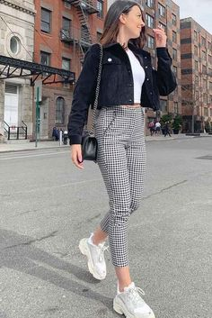 Pantalones a cuadros cortos con chaqueta de terciopelo negro #velvetjacket ★ Conjunto de pantalones a cuadros … Style Outfits, Cute Casual Outfits, Fall Outfits, Summer Outfits, Fashion Outfits, Cute Pants Outfits, Plaid Outfits, Rock Outfits, Plaid Pants Outfit
