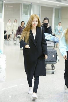 See Rosé Airport Photos at Incheon on February 2019 Back from Philippines after BLACKPINK 2019 World Tour Performance Kim Jennie, Blackpink Fashion, Korean Fashion, Kpop Mode, 1 Rose, Kim Jisoo, Airport Style, Airport Fashion, Kpop Outfits