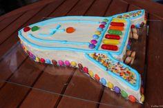 Geschafft. Die Jungs hatten heute ihren Geburtstag (es sind ja Zwillinge). Der Kuchen war/ist riesig. Wir hätten dreimal so viele Leute einladen müssen, um ihn wenigstens deutlich zu dezimieren. We…