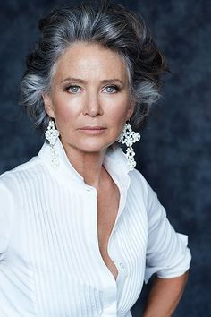 Like the pintucking on the shirt, also the sparkly earings - SILVER - Agence de Top Modèles de plus de 40 ans - Paris Going Gray Gracefully, Aging Gracefully, Silver Grey Hair, White Hair, Beautiful Old Woman, Corte Y Color, Ageless Beauty, Great Hair, Mannequins