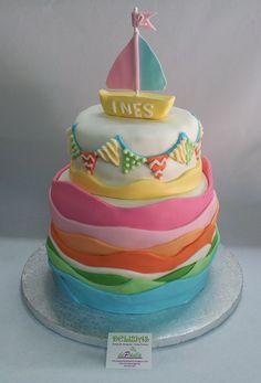 En colores pasteles, un diseño soñado y muy dulce para celebrar los dos añitos de la princesa de la casa. ¡Felicidades Inés! Que esta foto de la tarta con el barquito sirva para recordar tu segundo cumpleaños con los papis y los abuelos! Cumple años tu niñ@? Llámanos al 616849394y diseñaremos la tarta en fondant más apropiada para su edad y sus gustos, tenemos el mejor precio de Málaga! www.depaulapasteleria.blogspot.com www.tartasmalaga.net