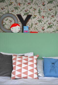 Onze slaapkamer met kussens van Ferm Living, Behang Humminbird van Cole & Son, groene verf (Pea green) van Little Greene