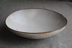Oval bowl by Haruhiko Iwasaki Porcelain Ceramics, Ceramic Bowls, Ceramic Pottery, Ceramic Art, Earthenware, Stoneware, Simple Shapes, Clay Projects, Wabi Sabi