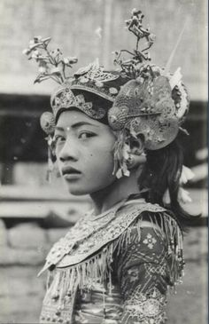 "Some beautiful images, photographs of Bali. Bali in the and Wayang Wajang Wong Dancer ""Ontosen. Old Photos, Vintage Photos, Folk Costume, Costumes, World Cultures, People Around The World, Vintage Beauty, Headdress, Folklore"
