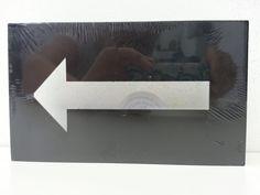 """Led lampje """"Pijl"""" met bevestiging voor de wand. Kan ook staand gebruikt worden. Werkt op 2 AA batterijen (niet bijgeleverd). Kleur kunststof: zwart.   Afm. 20 x 12 x 3 cm € 4,00  www.facebook.com/stoeruhzaken.nl"""