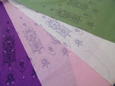 Exklusiver Stoff aus 100% Seide! Handsiebdruck auf Bourette-Seide zusätzlich veredelt mit Strasssteinen! #strass #handdruck #stoffdruck #madeinvorarlberg #siebdruck #seide Silk Screen Printing, Silk, Fabrics, Printing, Ideas