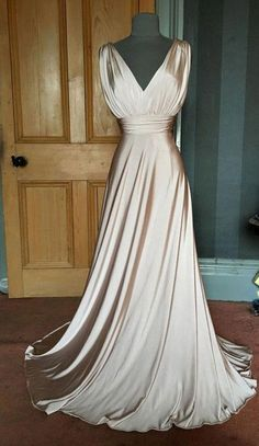 This is a really gorgeous long grecian evening dress by Biba and is a UK size 12 (US size Fully machine washable. Champagne Evening Dress, Bridesmaid Dresses Long Champagne, Grecian Dress, Grecian Wedding Dresses, Grecian Bridesmaid Dress, Western Wedding Dresses, Look Boho, Beautiful Gowns, Dress Collection