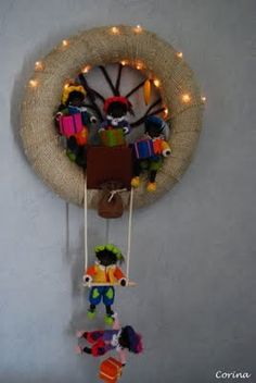 Zwarte pieten krans - Lilly is Love Easter Wreaths, Holiday Wreaths, Fall Crafts, Diy And Crafts, Christmas Activities For Toddlers, Square Wreath, Childrens Holidays, Crochet Wreath, Clothes Pin Wreath